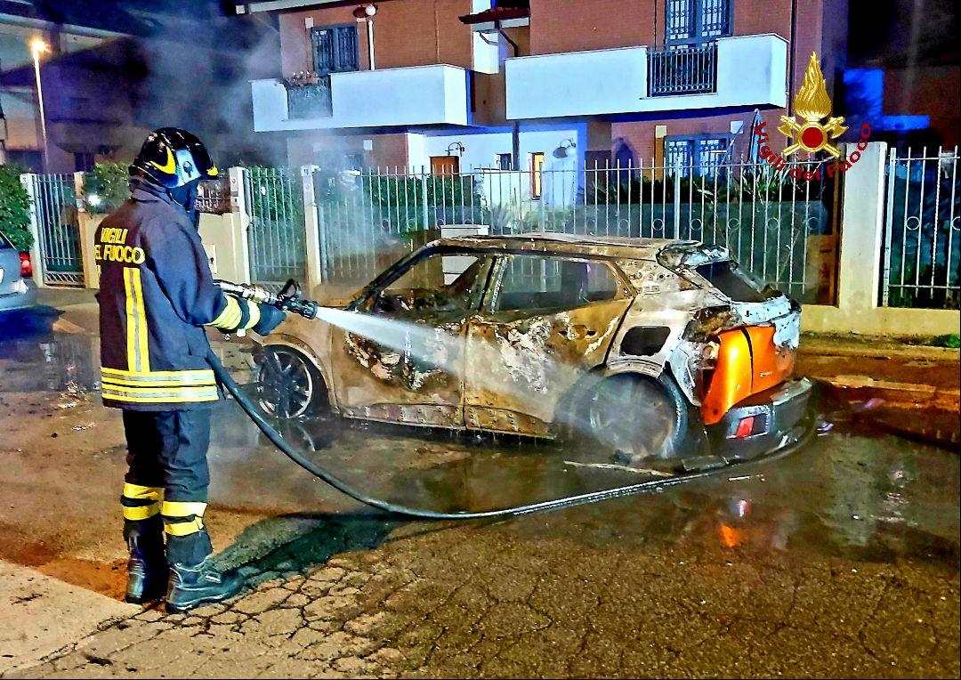 Fiamme nella notte a Latina: a fuoco un'auto in strada