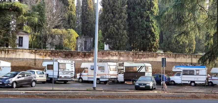 Roma, sos decoro: camping davanti al cimitero Verano (FOTO)