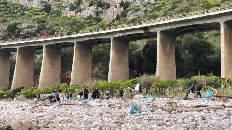 Da Gaeta l'iniziativa dei giovani per ripulire le spiagge: 'Abbiamo raccolto solo ieri 10 quintali di rifiuti'