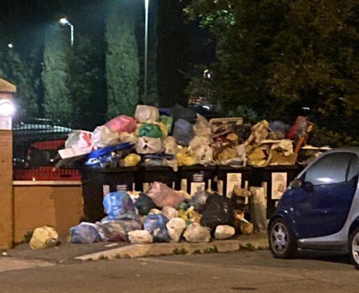 Cinquina, cassonetti stracolmi e spazzatura ovunque. La rabbia dei cittadini: 'Siamo stanchi e amareggiati'