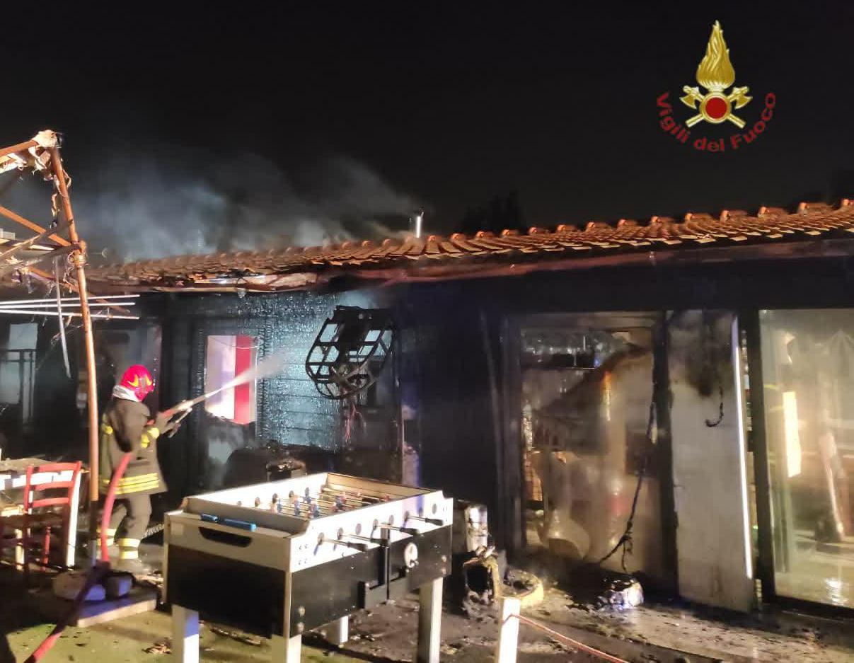 Roma, spaventoso incendio in un ristorante in Via Nomentana: attività divorata dalle fiamme (FOTO)