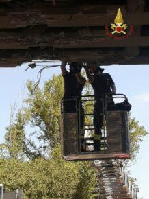Camion urta le pale di un elicottero in fase di decollo, il disastro è inevitabile