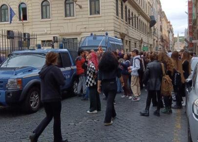"""Roma, gli studenti occupano il Ripetta: tensioni con le forze dell'ordine. """"Stop alla scuola vetrina"""""""